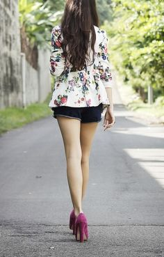 Farha: Black and Golden Open toes + Floral Blazer + Black Tights Fuchsia pumps + patterned blazer + shorts I Love Fashion, Daily Fashion, Passion For Fashion, Womens Fashion, Fashion Trends, Floral Blazer, Floral Jacket, Blazer And Shorts, Blazer Outfits