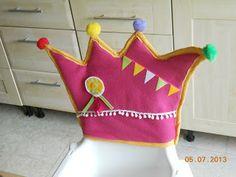 Hoesje voor verjaardagsstoel Kitchen Chair Covers, Birthday Chair, Birthday Parties, Happy Birthday, Kids Class, Learn To Sew, Primary School, In Kindergarten, Diy For Kids
