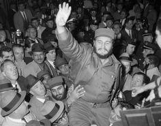 Partidarios de Fidel Castro en Nueva York lo levantan en hombros en un momento de júbilo el 21 de abril de 1959 (fuente).