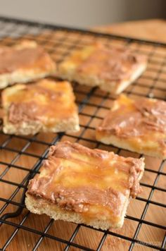 Slimming Eats Low Syn Millionaires Shortbread - vegetarian, Slimming World and Weight Watchers friendly Slimming World Deserts, Slimming World Puddings, Slimming World Recipes Syn Free, Slimming World Biscuits, Low Syn Cakes, Low Syn Treats, Slimming Eats, Low Sugar, Cake Recipes