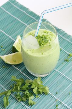 Original lassi drink with avocado, coriander and lime (in French) Good Smoothies, Fruit Smoothies, Smoothie Recipes, Spicy Recipes, Indian Food Recipes, Cooking Recipes, Cas, Snacks Sains, Healthy Recipes