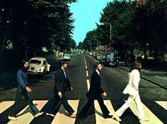 The Beatles – Abbey Road   imagen tomada en 1969 por el fotografo Ian Mcmillan.   Más de cuarenta años tiene una foto que hoy es ya todo un símbolo: la de The Beatles cruzando Abbey Road, una calle londinense. No fue ni mucho menos una foto tomada al azar aunque así lo parezca, pues se trata de una composición que se hizo para utilizarla como portada del que fue el último disco que grabaron juntos: Abbey Road, considerados por muchos como el más grande de ellos.