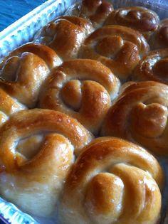 Recipe for the Pani Popo - Coconut Buns… Coconut Buns, Coconut Pound Cakes, Coconut Sauce, Coconut Cream, Bakery Recipes, Dessert Recipes, Cooking Recipes, Desserts, Peach Custard Pies