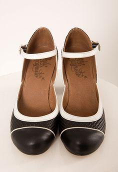 ZAPATO NEGRO Y BLANCO Zapato de tacón realizado en piel, ajustado a la altura del empeine. Altura de tacón: 6,5 cm - 7 cm. Consejo: estos zapatos dan más talla de lo normal,  por lo que es mejor coger un número menos al que habitualmente se usa. Por ejemplo, si usas normalmente un 38, es mejor elegir un 37.