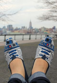 I'm pretty sure I can make these, and then I'll have shoes to my match my R2-D2 skirt!!
