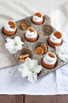 Tastes like Wölkchen: Rezept für Vanillecupcakes mit Marshmallowfrosting und Honigwaffeln