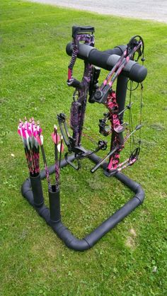 (Pvc pipe archery stand) Love those bows, bolts and arrows Crossbow Arrows, Crossbow Hunting, Archery Hunting, Deer Hunting, Diy Crossbow, Archery Training, Hunting Gear, Archery Country, Bow Hunting Girl