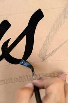 How to become a sign painter? Today we are answering this question with the help of the talented sign painter Gaston! Learning sign painting step-by-step Sign Painting, Tole Painting, Painting Tips, Painting Techniques, Creative Lettering, Brush Lettering, Decorative Lettering, Painted Letters, Hand Painted Signs