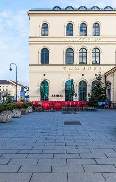 """Ein ungewöhnlicher Anblick... das Tambosi noch ohne Gäste am Morgen - aufgenommen vom Munich Z Blog. Mit Euch gefällt's uns aber wesentlich besser """"smile""""-Emoticon Vielen Dank für das schöne Foto, Munich Z Blog www.munich-z.com"""