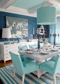 mavi yemek odasi dekorasyonu duvar rengi duvar kagidi masa sandalye perde hali rengi mavi uyumlu renkler (13)