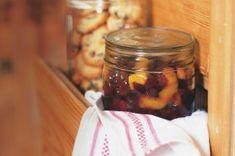 Kokosový likér | Apetitonline.cz Candle Jars, Mason Jars, Candles, Pickles, Cucumber, Food, Alcohol, Essen, Mason Jar