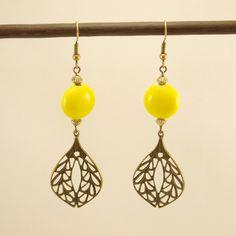 Boucles d'oreilles estampe feuillue en métal bronze et perle de céramique jaune : Boucles d'oreille par geb-et-nout