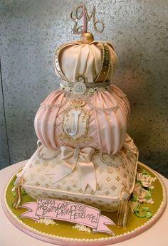Louis Vuitton Cake Original tarta nupcial donde el fondant con toque barroco hara las delicias de los niños y adultos asistentes a la boda. En Giancarlo Novias pensamos que la originalidad te hara marcar la diferencia.