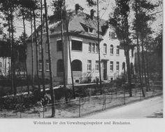 Schwarz-Weiß-Foto: Haus mit Loggia, kleinem Weg im Vordergrund und vielen Bäumen rundherum