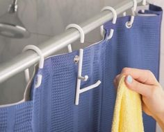 ¿Tu baño es muy pequeño? Cuelga las cosas en la cortina de la ducha