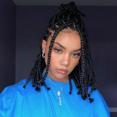All styles of box braids to sublimate her hair afro On long box braids, everything is allowed! For fans of all kinds of buns, Afro braids in XXL bun bun work as well as the low glamorous bun Zoe Kravitz. Short Box Braids Hairstyles, Braided Hairstyles For Black Women, African Braids Hairstyles, Baddie Hairstyles, Short Braids, Protective Hairstyles, Bob Braids, Protective Styles, Mohawk Braid