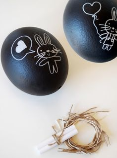 Here's a fun idea for a chocolate-free Easter gift: chalkboard eggs complete with a nest and chalk. Make a unique Easter egg gift this year. Easter Egg Crafts, Easter Eggs, Easter Bunny, Oster Dekor, Diy Osterschmuck, Diy Crafts, Easter Garland, Handmade Market, Diy Easter Decorations