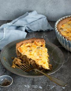 Receta Tarta de Cebolla Caramelizada y Cubierta de Queso: con relleno de suave cebolla dulzona y cubierta de quesos fuertes. Es una maravilla.