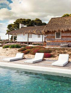 La zona de la piscina decorada con un estilo hippie chic: el lugar perfecto para el dolce far niente en plena naturaleza.