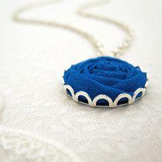He encontrado este interesante anuncio de Etsy en https://www.etsy.com/es/listing/180756905/pacific-blue-necklace-fabric-flower