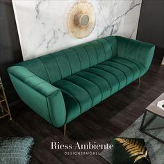 Ein Hauch von Retro und jede Menge Eleganz – so lässt sich unser Sofa NOBLESSE wohl am besten umschreiben. Der 3-Sitzer hat einen eleganten Bezug aus einem smaragdgrünen Samtbezug, welcher mit einer durchgängigen Ziersteppung designt wurde. Die goldenen Füße bilden den gelungenen Abschluss und sind im typischen Retrolook leicht abgespreizt.