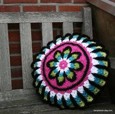 round retro crochet granny violet flower pillow, if I only know how to crochet..........