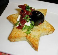 Cooking Style Gourmet: Parmesan star with tomatoes and olives, a tasty recipe from the category . Vegan Appetizers, Appetizers For Party, Appetizer Recipes, Toothpick Appetizers, Drink Recipes, Party Finger Foods, Snacks Für Party, Best Pasta Salad, Food Inspiration