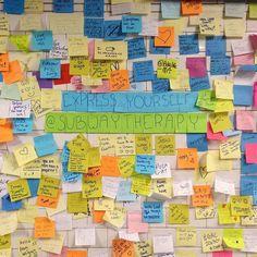 """#InstagramELE #expresión  Todos tenemos derecho a la libertad de expresión. Eso debió pensar el artista Matthew Chávez cuando colocó una mesa con el cartel """"terapia del metro"""" en la estación de la Calle 14 de Nueva York. Muchas personas escribieron mensajes de descontento por la victoria de Trump en las últimas elecciones y los pegaron en la pared. Ahora se está preparando un libro con estos mensajes. #subwaytherapy #matthewchavez #ceaspring17 #ceaspring17b"""