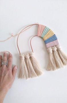 Hoe leuk is deze DIY om je eigen regenboog te maken. Gelijk zin om er eentje in … How nice is this DIY to make your own rainbow. Immediately want to make one in the colors of my son's room! Yarn Crafts, Diy And Crafts, Arts And Crafts, Clay Crafts, Pom Pom Crafts, Rope Crafts, Rainbow Diy, Rainbow Crafts, Rainbow Wall