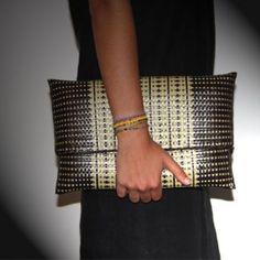 Magnifique pochette tissée en raphia beige & noir. Le motif est le fruit d'un tissage complexe .