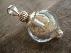 Prachtige geblazen kraal met strandzand uit de Atlantische Oceaan, verwerkt aan Sterling zilveren beadpin, zilveren kralenkapjes en zilveren kralen.