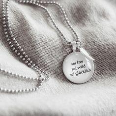 Kette Sei frei 80cm silber von Spruchketten jetzt im design3000.de Shop kaufen! Tragen Sie nicht einfach irgendwelchen Schmuck. Setzen Sie mit Ihrem...