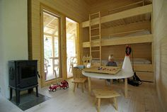 ROM FOR ALLE TRE: De tre yngste barna deler et av de større rommene i hytta.