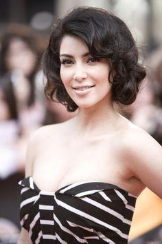 A curly bob that looks so elegant on... Kim Kardashian Oo