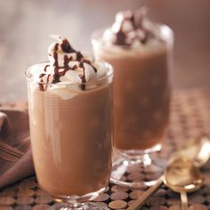 Whip up your own homemade mocha frappe with this frugal and tasty recipe. These homemade mocha frappes taste just like the real thing from McDonald's at a fraction of the cost! Homemade Mocha Frappe, Mocha Frappuccino, Recipe For Mcdonalds Mocha Frappe, Yummy Drinks, Yummy Food, Smoothies, Mocha Recipe, Sorbets, Iced Coffee