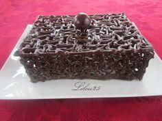 Je profite des températures encore assez fraîches pour m'amuser à travailler le chocolat... Voici donc encore une boîte en chocolat, mais... Cake Decorating Techniques, Cake Decorating Tutorials, Chocolate Bark, Homemade Chocolate, Chocolates, 3d Cakes, Food Design, Macarons, Food Art