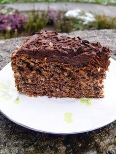 Czekoladowe ciasto bezowe z orzechami i bakaliami