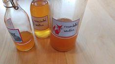 Likeur maken met rozenbottels: recept rozenbottelwodka #groen #geluk #eigenwijs #blij Geluk, Wine, Bottle, Vodka, Flask, Jars