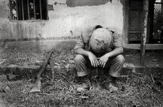 "Soldier"" taken by photographer Tim Page during the Vietnam War Fotografia Social, Famous Pictures, Photographer Pictures, War Photography, Take Better Photos, Vietnam War, Cold War, Wwii, Cool Photos"