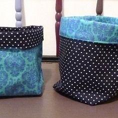 Duo de corbeilles / petits paniers de rangements réversibles en tissu bleu à motifs baroques et à pois