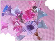 Lindo arranjo de flores confeccionado artesanalmente com papel especial de scrapbooking de espessura média (180g). As flores vem emsão feitas em estampas diferentes na mesma tonalidade formando um lindo...