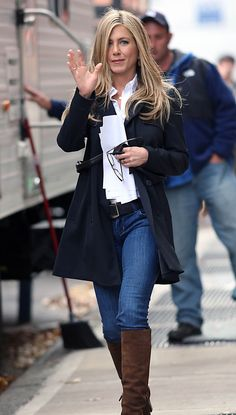 As usual, Jennifer Aniston is the Queen of Casual Chic Cute Winter Outfits, Winter Fashion Outfits, Fashion 2017, Cool Outfits, Jennifer Aniston Pictures, Jennifer Aniston Style, Jeniffer Aniston, Sheer Clothing, Mein Style