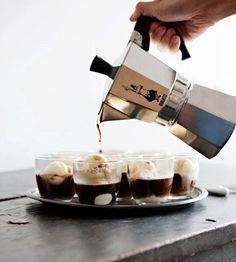 お家で簡単に本格エスプレッソが淹れられると評判の、BIALETTI(ビアレッティ)のモカエクスプレス。トレードマークのひげおじさんに見覚えのある方も多いのでは?イタリアでは「一家に1台」と言われるほどポピュラーなコーヒーマシン、知れば知るほど、その魅力に惹かれてしまいます!