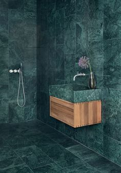 Flaskegrønt marmor badeværelse