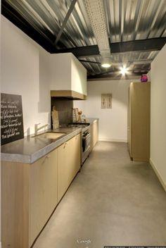 Mooie strakke keuken met houten zaagruw fineer front en robuust werkblad Belgisch hardsteen met gefrijnde rand
