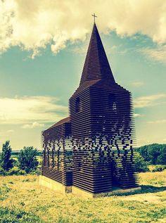 Une étonnante église transparente située dans la ville de Borgloon en Belgique, constituée d'une centaine de couches de métal superposées. Un projet poét