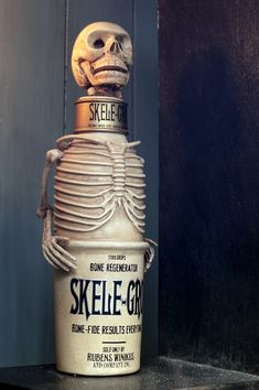 Skele-Gro bottle from the potions . Harry Potter Thema, Harry Potter Potions, Harry Potter Wizard, Harry Potter Jewelry, Harry Potter Diy, Harry Potter World, Halloween Potion Bottles, Halloween Labels, Vintage Halloween