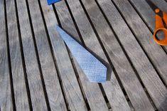LILLE BLÅ: Brette skjorte servietter =) Wood, Woodwind Instrument, Timber Wood, Trees