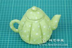 Un Tutorial per cucire una simpatica teiera in stoffa imbottita.