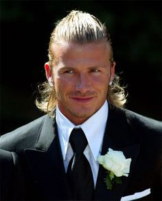 David Beckham shows off many different trendy hairstyles ranging from tapered haircut, long hairstyles in ponytail and braids to Mohawk rocker and short buzz haircut. Wedding Hairstyles For Long Hair, Formal Hairstyles, Celebrity Hairstyles, Medium Hairstyles, David Beckham, Buzz Haircut, Haircut Long, Pelo Formal, Half Up Curls